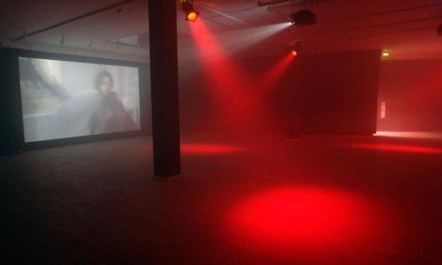 Videotrilogien vises på skærme i det store, åbne rum i Kunstbygningens underetage. Pressefoto.
