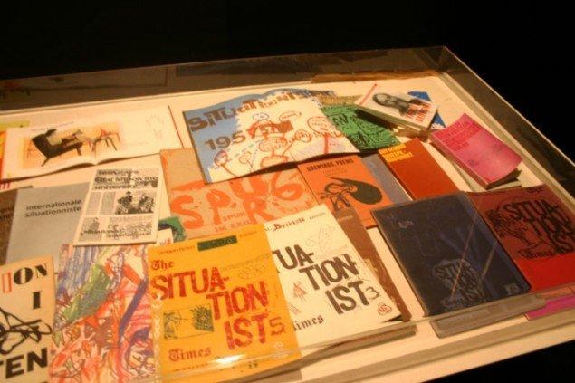 Publikationer i montre. Ikke just en revolutionerende arkiv-æstetik. Foto: Kristian Handberg.