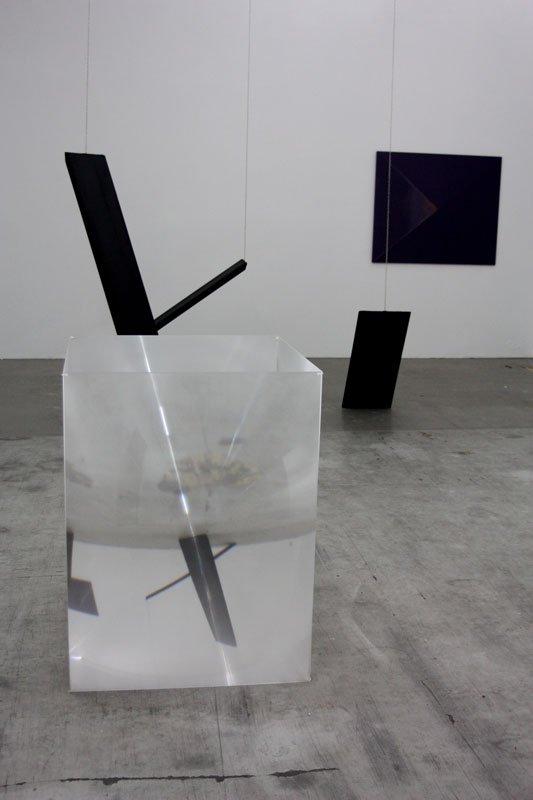 Installationsview med Myntekærs kube forrest og bag det Phantomizers. På væggen ét af Bülows monokromer. (Foto: Anna Myntekær)