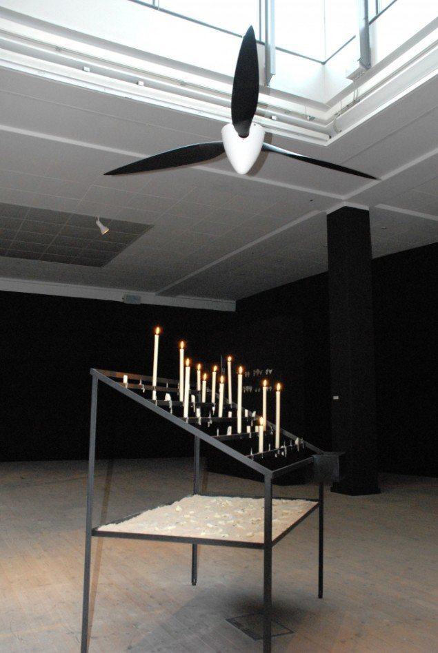 Hemauer og Keller: Devotional Power. Værket inviterer publikum til på katolsk manér at tænde et lys. Propellen der minder om en vindturbine drives rundt af den opvarmede luft. Foto: Ole Bak Jakobsen.