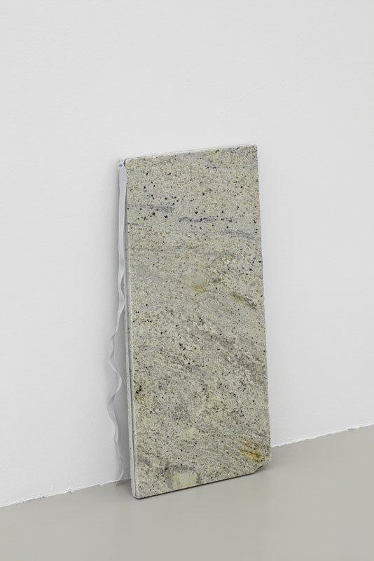 En ihærdig elastik forsøger at omfavne en marmorblok. Det søde par hedder Contour (2009). (Pressefoto)