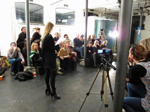 Mette Garfield leverer aftenens liveanmeldelse. (Foto: Samtalekøkkenet)