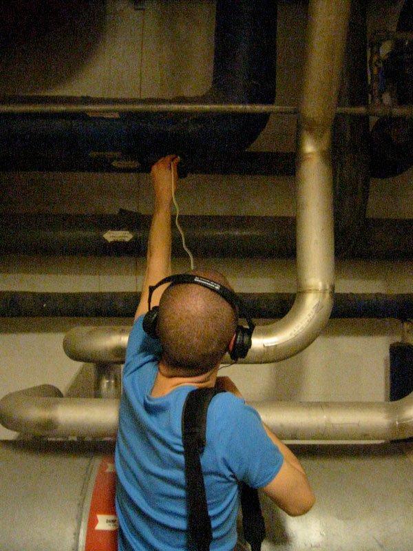Jacob Kirkegaard i færd med at optage lyden fra Carlsberg Bryggeriets rør i 2008. (Pressefoto).