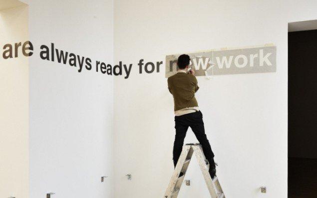 Antonis Pittas i gang med udføre værket 'We are allways ready for new work'. Sætningen var egentlig fra en avisartikel om en russisk bilproducent, der genoptog produktionen af limousiner fra Sovjet-tiden. Pressefoto ved Anders Sune Berg.