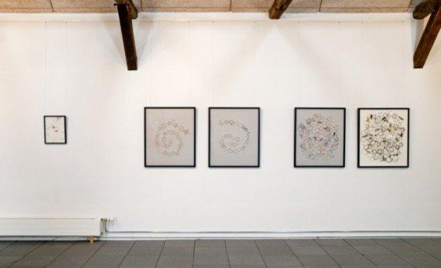Anna Fro Vodder: 5 værker af papir og tråd i ramme. Foto: Lars Bay.