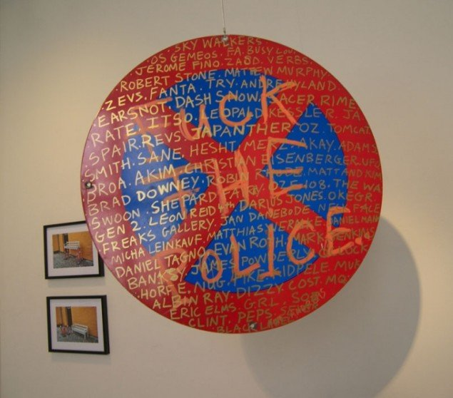 Da kunstneren Brad Downey besøgte Museet for Samtidskunst i 2010 efterlod han blandt andet et overmalet trafikskilt. Untitled, 2010 (Foto: Solveig Lindeskov Andersen).
