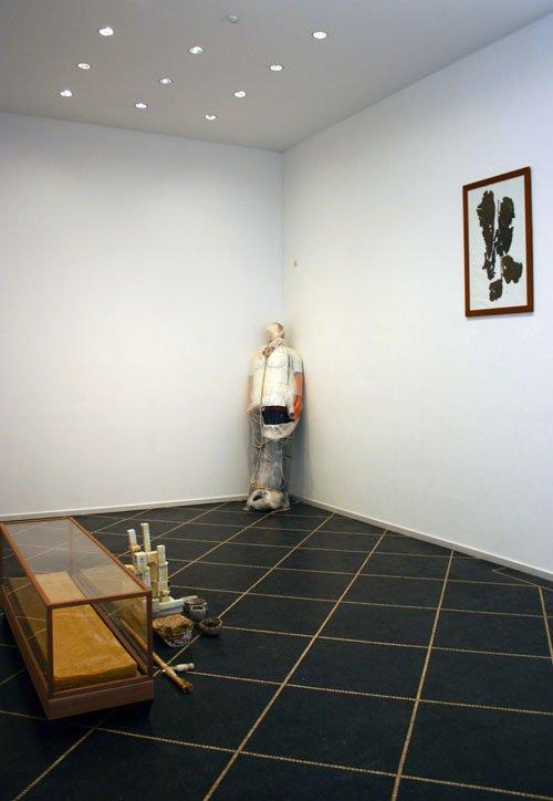 Udstillingens andet rum med installationen 'Sygeleje' til venstre. Foto: Kristian Handberg.