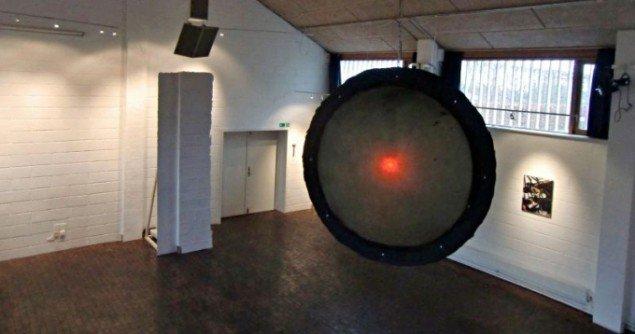 Installations vue med Lampe af Rasmus Høj Mygind, 2010 og Aftryk af væg af Julie Bitsch, 2011. (Foto: Flemming Hoff)