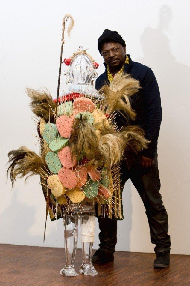 Portræt af kunstprismodtager Pascale Marthine Tayou med skulpturen Fashion Street. Foto: Lars Skaaning.