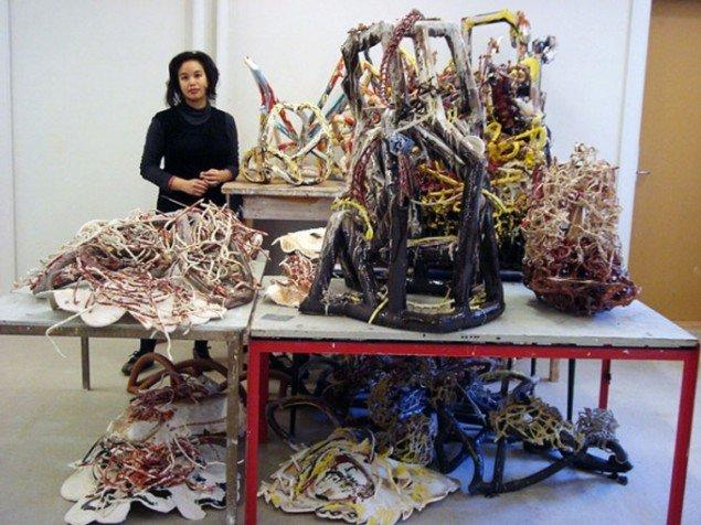 Linda Sormin ved et udpluk af de skulpturer, som kommer til at udgøre totalinstallationen Howling Room på Gl. Holtegaard (Foto:Nanna Skov)