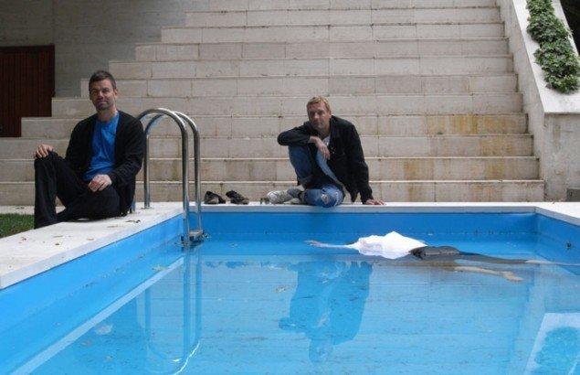 Michael Elmgreen og Ingar Dragset foran swimming poolen i totalkunstværket The Collectors (Pressefoto).