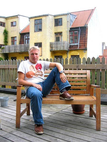 Uffe Elbæk på Kaospiloternes terrasse med udsigt til kaos og pulserende larm. Foto: Anne Dyhr.