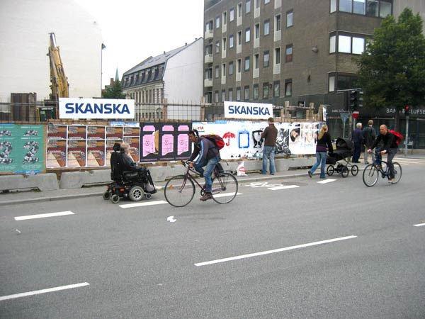 Mangfoldigt gadeliv i Århus C som heldigvis ikke ligner et parcelhuskvarter - endnu. Byen rummer stadigvæk lommer af potentialitet. Foto: Anne Dyhr.