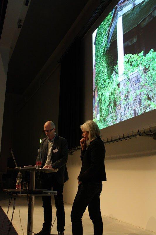 Ann Lislegaard i samtale med Lars Bang Larsen (Foto: Carl Martin Faurby).