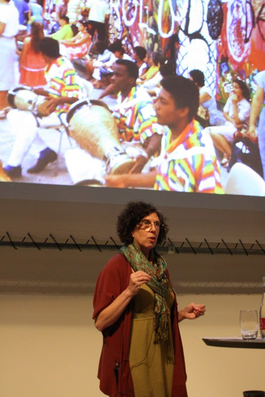 Rachel Weiss fortæller om den nye cubanske kunst (Foto: Carl Martin Faurby).