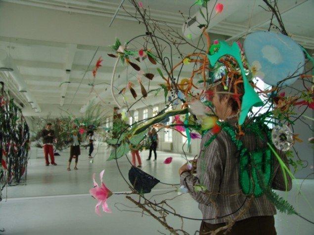 Gerda Steiner og Jörg Lenzlinger bidrag til gruppeudstillingen Wild Things, var værker hvor den besøgende på egen krop kunne opleve at være et træ. Foto: Torben Eskerod.