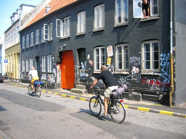Udsigt til Det Jyske Kunstakademi og byvrimmel i Mejlgade Århus C. Foto: Anne Dyhr.