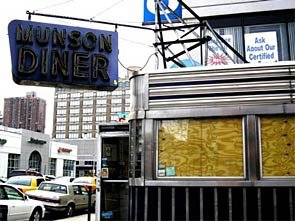 """""""The Munson Diner 1940 – 2004. When the wind blows listen closely and you'll hear a faint murmur of the clank of silverware from ghosts of patrons past."""" 49th and 11th Avenue, New York City. Foto: Fra projektets webside."""