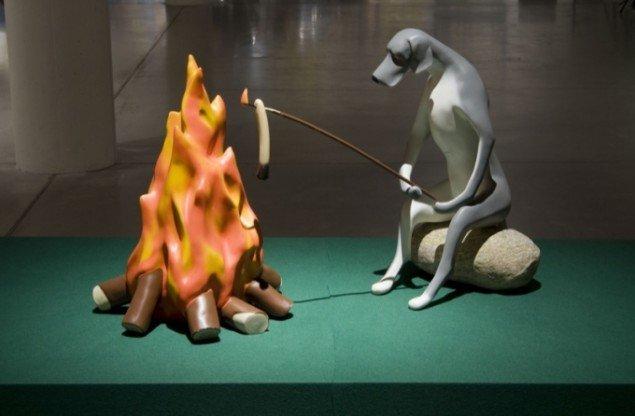 Fredrik Raddum: Hund ved bål. Foto: Aros