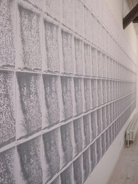 I kopieringsprocessen danner et blankt A4-ark gradvist mønstre i kopieringsprocessen. ORIGINAL (made to measure) fra udstillingen Direkt på Kunstpakhuset, 2010. (Foto: Pressefoto)
