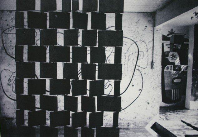 De karakteristiske skærme fra Eileen Grays E-1027. I baggrunden vægmaleri af Le Corbusier. Fra udstillingens billedserie-del. Foto: Kristian Handberg.