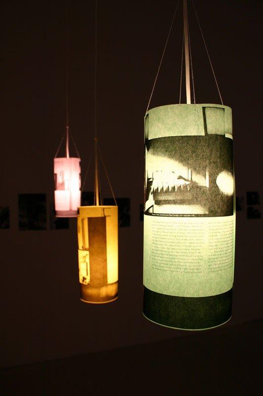 Lamper anvendes effektfuldt i udstillingen. Foto: Kristian Handberg.