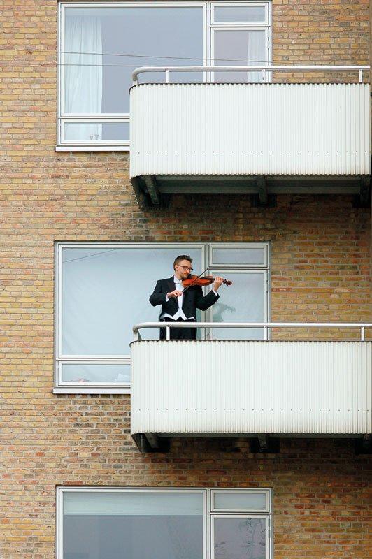 En violinist spiller hver dag for forbipasserende på Ålekistevej i Jens Axel Becks: Altan (Foto: Malene Nors Tardrup).