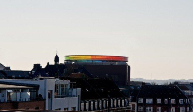 Olafur Eliassons Your Rainbow Panorama har forvandlet ARoS til en sokkel af røde mursten, der bærer regnbuen. Foto: Ole Hein Pedersen