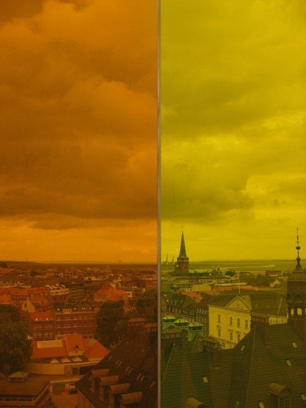 Domkirkens tårn gennem det gule glas. Foto: Kasper Lie