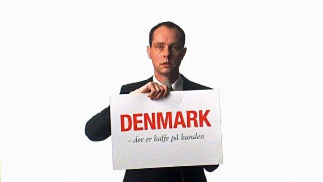 Olof Olsson med hans forslag til et mere troværdigt motto. (still fra Kæphest)