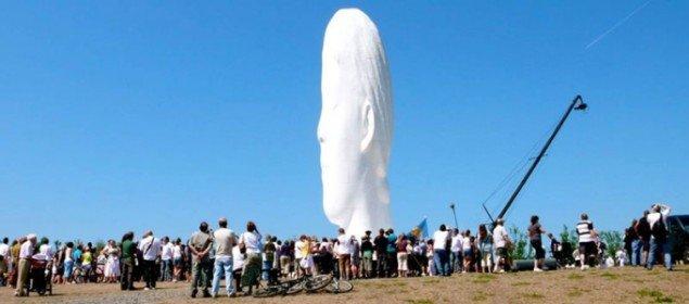 'Vores kunst' er inspireret at det britiske projekt 'Big Art' på Channel 4. Her skabte Jaume Plensa værket 'Dream' til minebyen St. Helens. (DR Pressefoto)