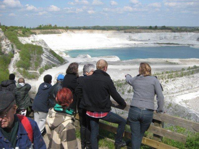 Faxe Kalkbrud var et af de seks steder, der gik videre til finalen i 'Vores Kunst'. Her er kunsteksperterne på besøg i kalkbruddet. (DR Pressefoto)