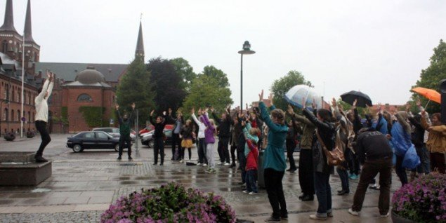 Performancekunstneren Christian Falsnaes sætter effektivt gang i publikum. (Foto: Museet for Samtidskunst)