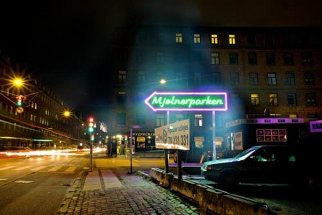 Superflex' neonskilt Mjølnerparken på udstillingen SID NED! på Nørrebro i 2006 (Foto: Pressefoto/SID NED)