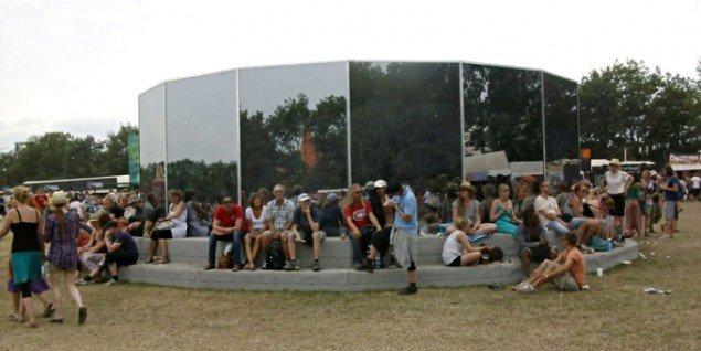 AVPDs installation Pose-Expose var en stor succes i 2010. Fra dansegulvet bag spejlglassene kunne man se ind om natten og ud om dagen.(Foto: Line Møller Lauritsen)