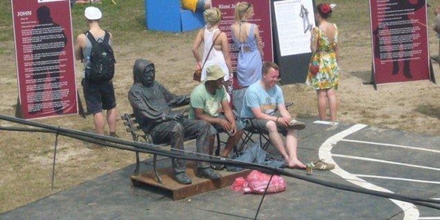 Festivalgæster i et tyst møde med en hjemløs. (Foto: Matthias Hvass Borello)