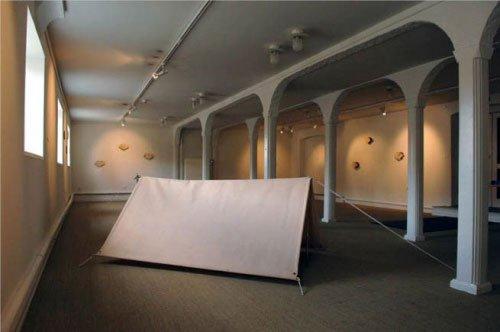 Udstillingsview fra Pakhuset med værker af Edith Dakovic og Robert Waters