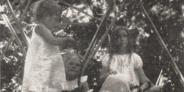 Billede af de tre piger fra Whole Earth Catalog, efterår 1970, side 22.