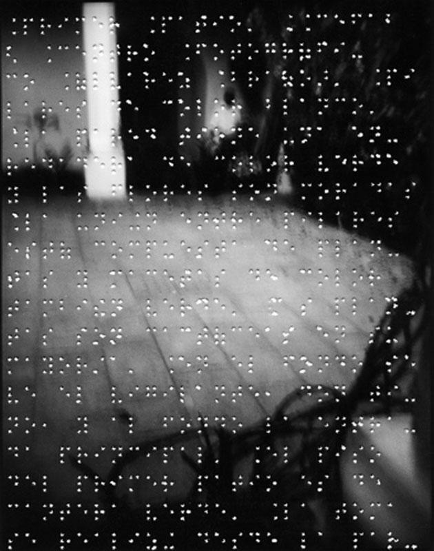 Gerardo Nigenda: Første gårdhave. CFAB (Centro Fotográfico Álvarez Bravo), 1999. (Punktskrift på harpiksbelagt papir)