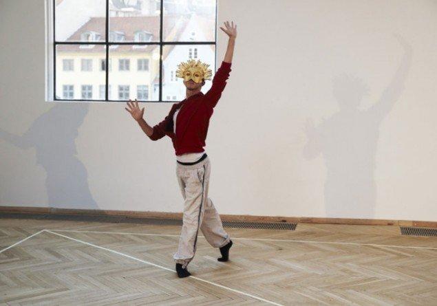 Pablo Bronstein: Foredrags-performance den 10. juni med deltagelse af kunstneren og dansere fra Dansk Danseteater, 2011. (Foto: Lea Nielsen)