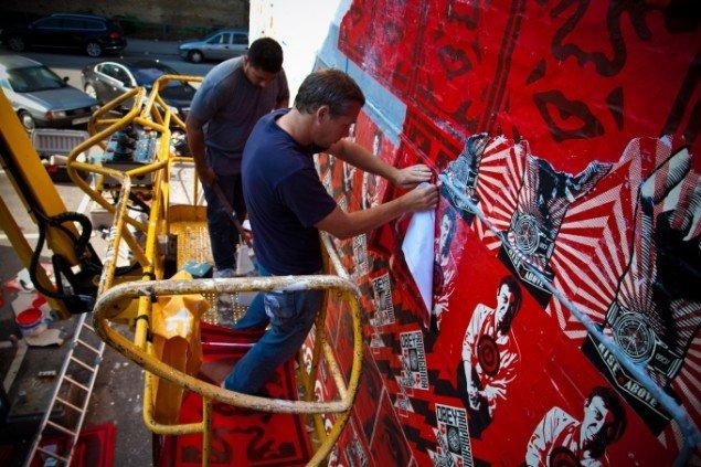 Shepard Fairey i gang med et vægmaleri. Pressefoto.