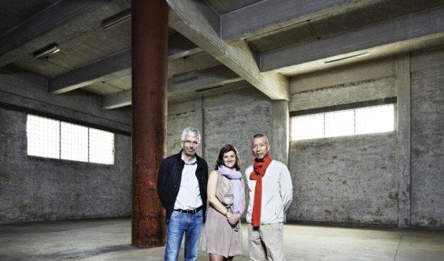 Jens og Luise Faurscou med den kinesiske kunstner Cai Guo-Qiang, som skal åbne den nye udstillinshal om et år. (Pressefoto)