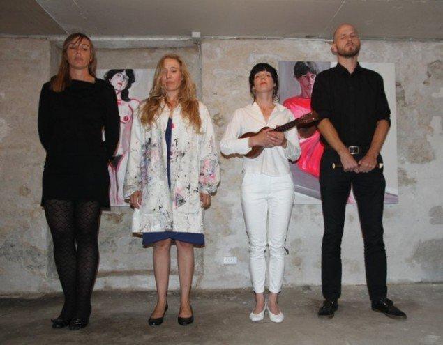 Performerne flankeret af Camilla Randløv og Peter Tinning. (Pressefoto)