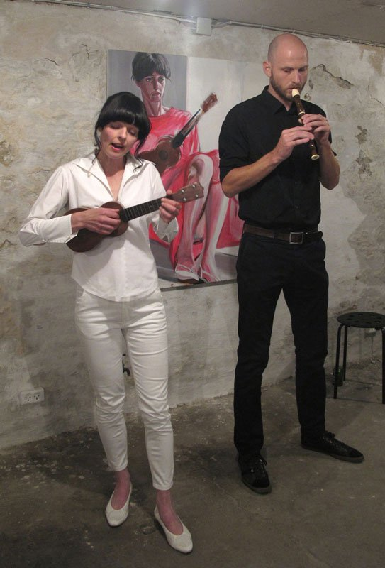 Molly Haslund på ukulele og Peter Tinning 'blokspade'. (Pressefoto)