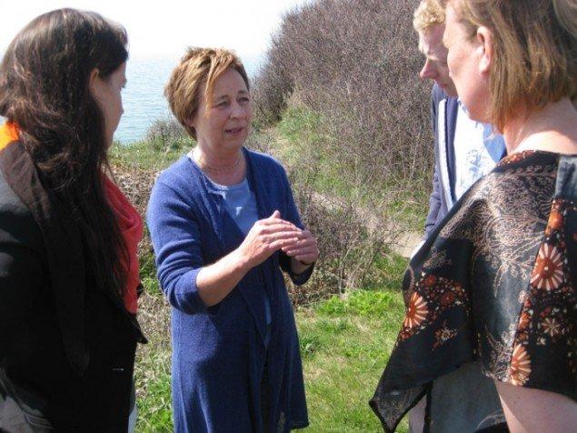Ildsjælen Kirsten Juul Frandsen i dialog med kunsteksperterne under DRs kunstprojekt Vores Kunst. (Pressefoto)
