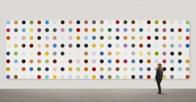 Damien Hirsts Spot Painting med navnet 2-Amino-5-Bromobenzotrifluoride er 4,57 meter højt og 14,32 meter bredt. Foto: Prudence Cuming Associates.