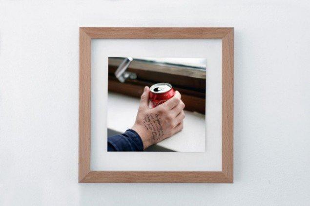 Christoph Bruckner: Theory of Referentiality, 2010. (en Coca-Cola holdt af Martyn Reynolds, Foto: Tobias Selnaes Markussen)