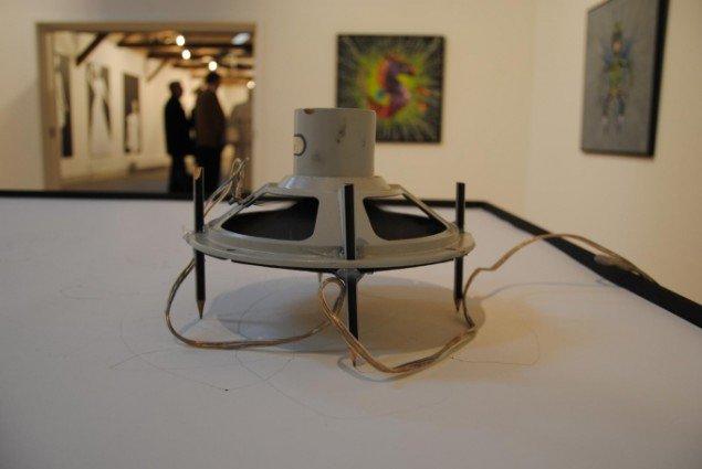 Lars Lundehave Hansen: Spiderbytes (2009), installation med højtaler monteret blyanter. Foto: Bente Jensen.