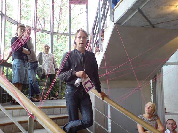 Årets udstilling blev åbnet af jurymedlem Troels Carlsen i en fyldt trappesal i udstillingsbygningen Filosofgangen. Foto: Jan Falk Borup.