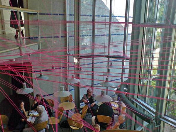 Installationen af Jonas Engbirk, Majbrit Jensen og Søren Leth Gissel gjorde brug af bygningens konstruktion. Foto: Jan Falk Borup.